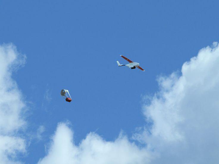 Grootschalige commerciële bezorging via drones van start in Rwanda  Medische goederen kunnen in Rwanda voortaan ook per drone op eenmoeilijk bereikbaar gebied bezorgd worden. Zipline een commercieel bedrijf dat drones inzet voorbezorging heeft deze week in het land zijn eerste bezorgvlucht uitgevoerd. Dat meldt TechCrunch dat bij het kantoor in de Verenigde Staten langsging. In opdracht van de overheid van het Oost-Afrikaanse land gaatZiplinemedische goederen naar moeilijk bereikbare…