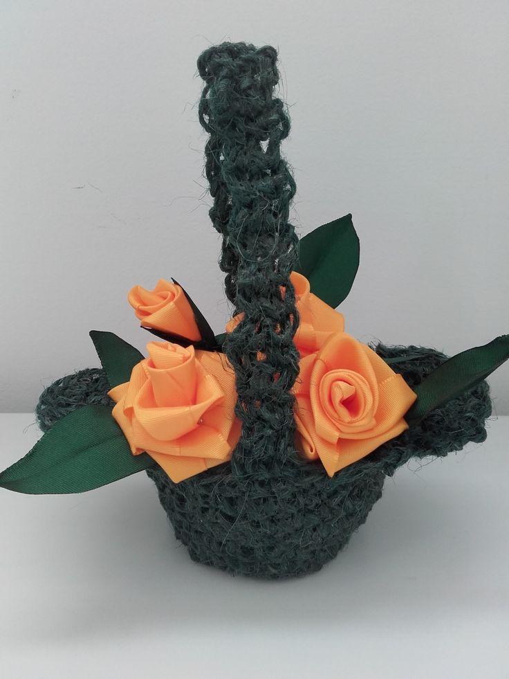 Háčkovaný košíček s růžičkami ze stuh - dekorace k zavěšení pod poličku na terase