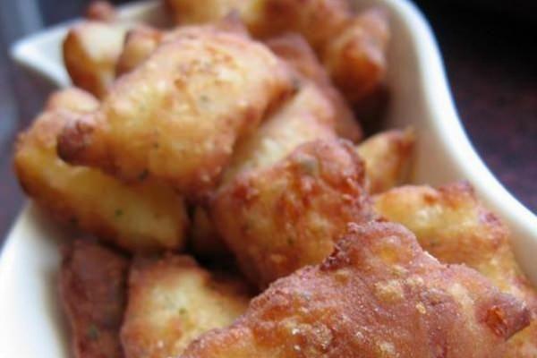 Nem éppen kalóriaszegény viszont nagyon ízletes, különösenfokhagymás-fetaszószos mártogatóval. Hozzávalók 5 közepes burgonya 2 tojás 10 dkg reszelt sajt (trapista) 50 g vaj só,bors,fűszerpaprika 2 evőkanál aprított zöldpetrezselyem 35-40 dkg liszt (amennyit felvesz) olaj a sütéshez Elkészítés A burgonyát héjában megfőzzük. Amikor kihűlt, meghámozzuk és nagy lyukú reszelőn egy nagyobb tálba reszeljük. Hozzáadjuk a tojásokat, a vajat, a sajtot, fűszerezzük, végezetül annyi liszttel…