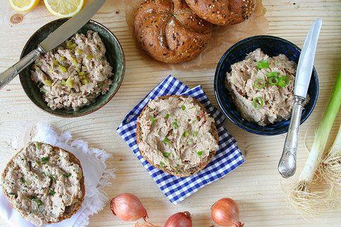 Sardinková pomazánka po středomořsku  Na 4 porce budete potřebovat: 150 g sardinek ve slaném nálevu, citron, 100 g lučiny, 20 g měkkého avokáda, 1 drobnou jarní cibulku, 4 ks sušených rajčat v oleji, provensálské sušené bylinky, ¼ lžičky sušeného česneku, sůl, pepř  Postup: Sardinky zbavené páteře a větších kůstek rozmačkejte s několika kapkami citronu najemno. Přimíchejte lučinu, nadrobno pokrájené avokádo a sušená rajčata, najemno pokrájenou jarní cibulku a promíchejte. Ochuťte podle chuti…