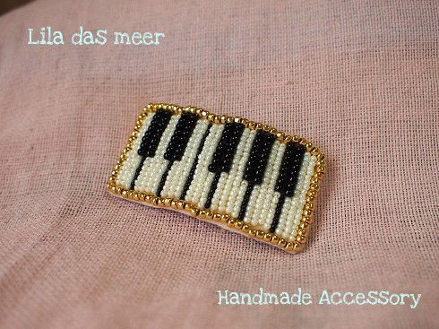 鍵盤モチーフをビーズ刺繍し、スリーピンに仕上げました。裏はパープルの本革を使用しております。サイズ:3cm×6.5cm 重量:11g●○● 気持...|ハンドメイド、手作り、手仕事品の通販・販売・購入ならCreema。