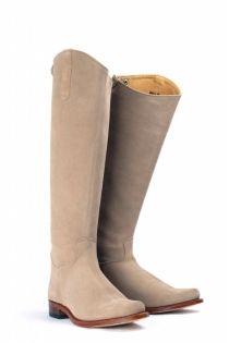 De Nevada Alta Taupe zijn stijlvolle taupe/beige laarzen hebben een hoge schacht en zijn daarmee perfect voor de langere vrouw. Te laars is te combineren met diverse modestijlen en voorjaarskleuren. #Bootsandwoods