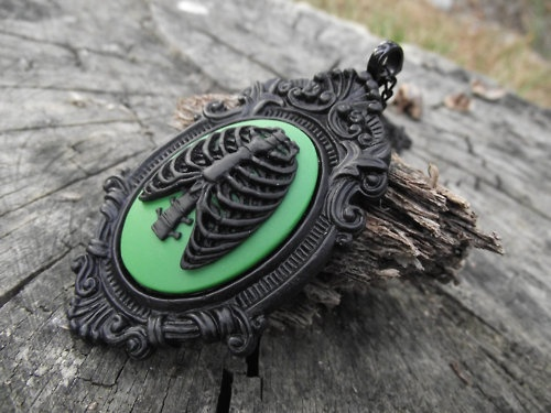a pin of a pinResins Victorian, Black Resins, Pendants Necklaces, Ribcage Cameo, Ribcage Heart, Victorian Pendants, Zombies Ribcage, Noir Zombies, Anatomical Ribcage