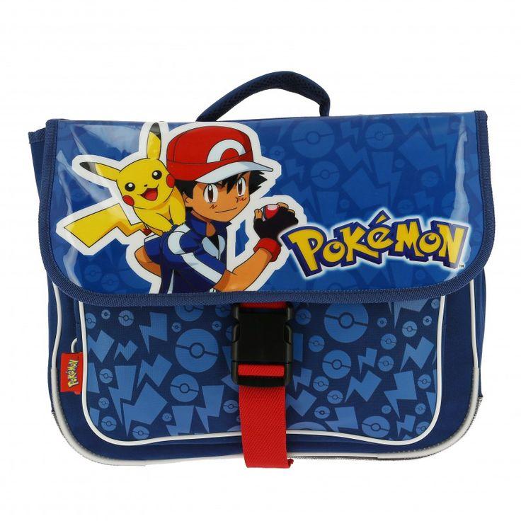 Cartable Pokémon pour la maternelle en plastique brillant de couleur bleu sur la face avant.  Grand espace de rangement à l'intérieur.  Fermeture avec une sangle de couleur rouge.  Les bretelles sont moussées pour un confort optimal.  Sacha et Pikachu sont prêts à tous les attraper pour les ranger dans le cartable.