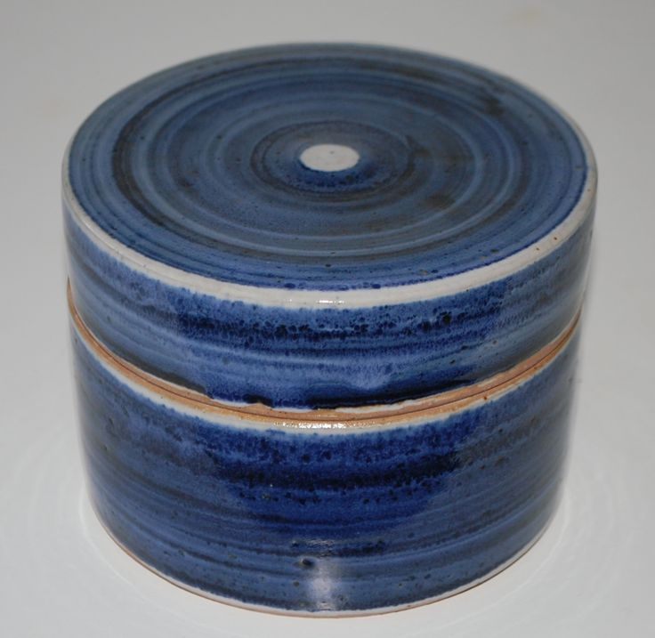 Ulla Hjorth, lidded box in stoneware, Hjorth Keramik Denmark. H: 8. W: 12 cm.