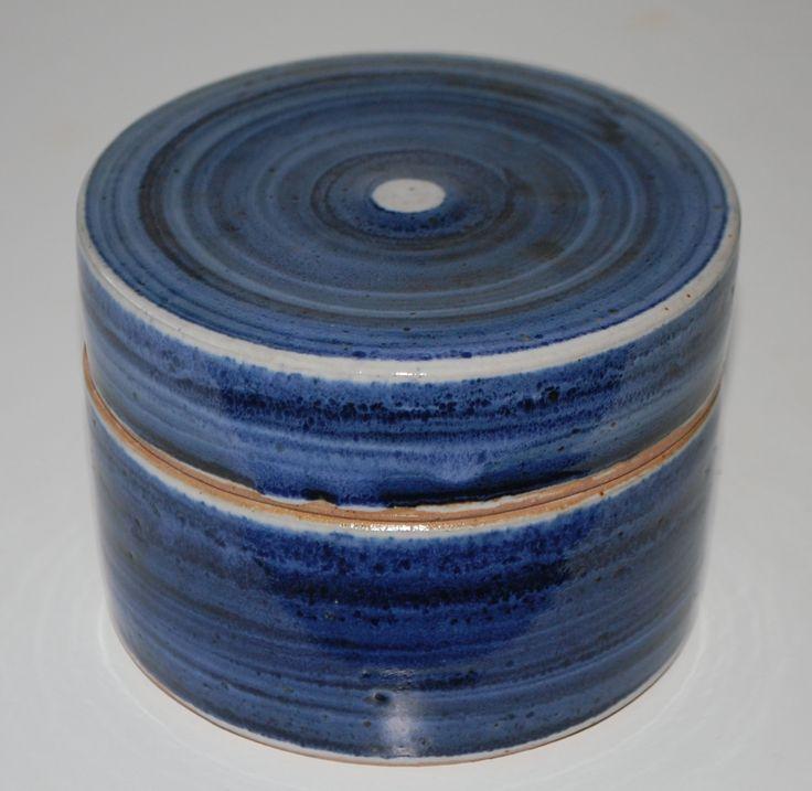 Ulla Hjorth, lidded box in stoneware, Hjorth Keramik Denmark. H: 8. W: 12 cm.