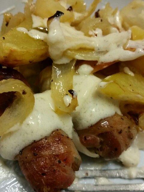 Involtini di pancetta ripieni di salsiccia alla campagnola, patate, cipolle e crema Alfredo Sauce.