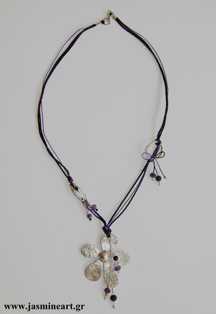 Κολιέ Μαργαρίτα:    Γυναικείο περιδέραιο με μεγάλη μεταλλική, σφυρήλατη μαργαρίτα, μεταλλικά στοιχεία, λάβα και κρυσταλλάκια. Ένα εντυπωσιακό χειροποίητο κόσμημα που θα στολίζει υπέροχα το λαιμό σας.    Τιμή: 25.00€