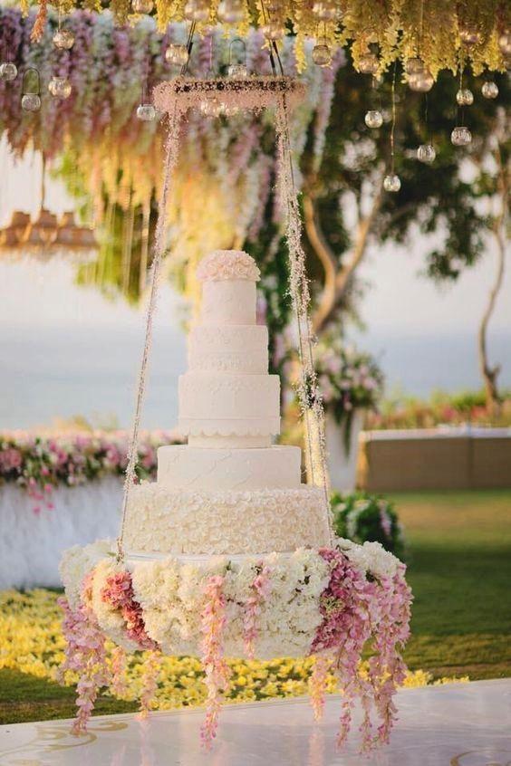 Tendência: mesa com bolo suspenso ou invertido! - Salve a Noiva