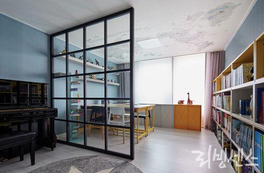 김태균의 집 아이방에도 격자창문 가벽(+창문 몇개에 칠판페인팅/보드시트지로 아이낙서 가능케해도 좋을듯), 책장과 책상, 체어는 두닷, 철제 수납장은 더띵팩토리, 러그는 빌라토브