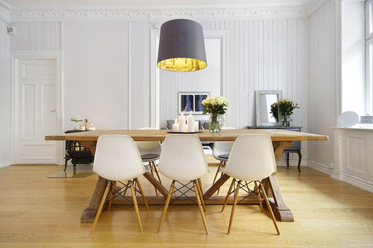 Spisebordet på kjøkkenet er en naturlig samlingsplass.