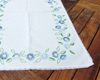 Centro di tavolo in lino bianco francese vintage, corridore della tabella, fatta a mano ricamato blu decorazione floreale e pizzo