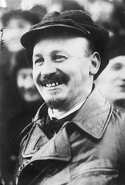 """Nikolai Bujarin acabaría siendo el principal representante de la llamada """"Oposición de derecha"""" bolchevique por su idea de marcha lenta hacia el socialismo, consideración de la NPE a largo plazo y defensa de los intereses del campesinado frente a la colectivización que Stalin creía necesaria para financiar la industrialización acelerada. En 1926 sucede a Zinoviev al frente de la Internacional.Ejecutado en 1938 y rehabilitado por Gorbachov."""