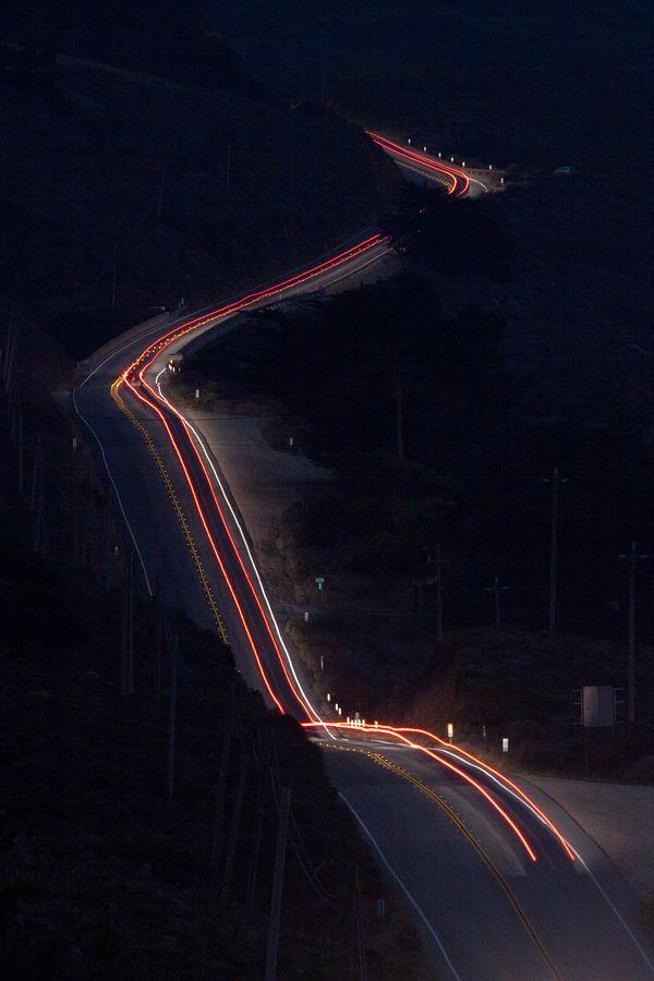 as luzes artificiais que iluminam a lúgubre e solitária estrada...