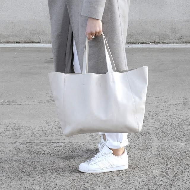 Grey Tote on the street.  #lullbags #lulllab #lulldesign #letherbag #italianleather #tote #bags #grey #love #minimal #streetfashion #fashionblogger @cgrabowska #madewithlove #outfit #photooftheday #itbag  www.lull.com.pl