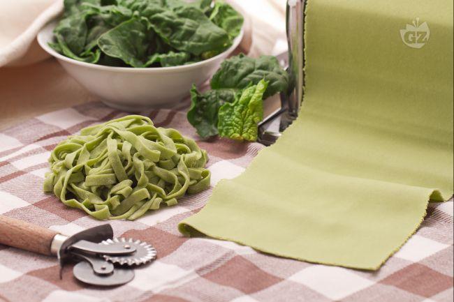 La pasta verde agli spinaci è una pasta fresca all'uovo dal gusto delicato che si prepara con l'aggiunta degli spinaci nell'impasto.