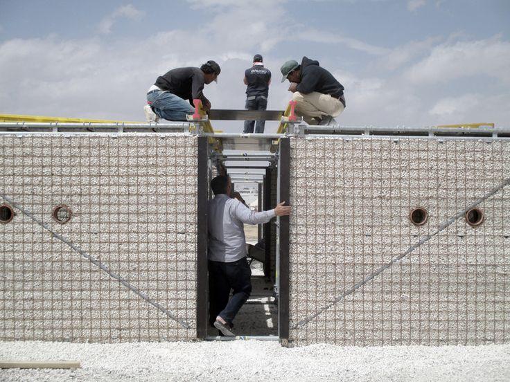 Escolas para crianças refugiadas na Jordânia construídas com andaimes e areia, Campo de Refugiados de Za'atari, Jordânia. Cortesia de Pilosio Building Peace