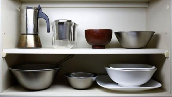 Pocos utensilios en la diminuta cocina de Sasaki (Reuters)