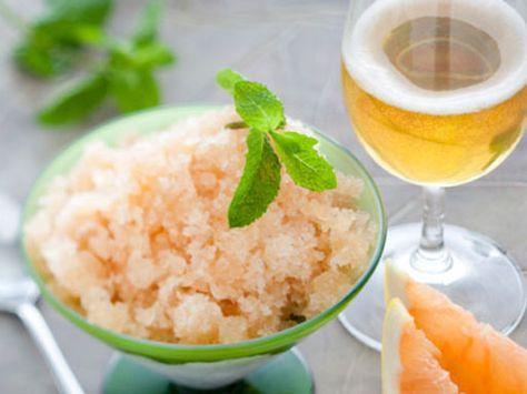 Granité de pamplemousse : une recette qui peut se servir en dessert avec des fruits frais, en cocktail en versant un alcool dessus ou en trou normand au cours d'un repas de fête