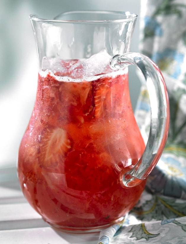 Alkoholiton mansikkabooli sopii myös lapsille. Tuoreet mansikat saavat tämän helpon boolin maistumaan kesältä.