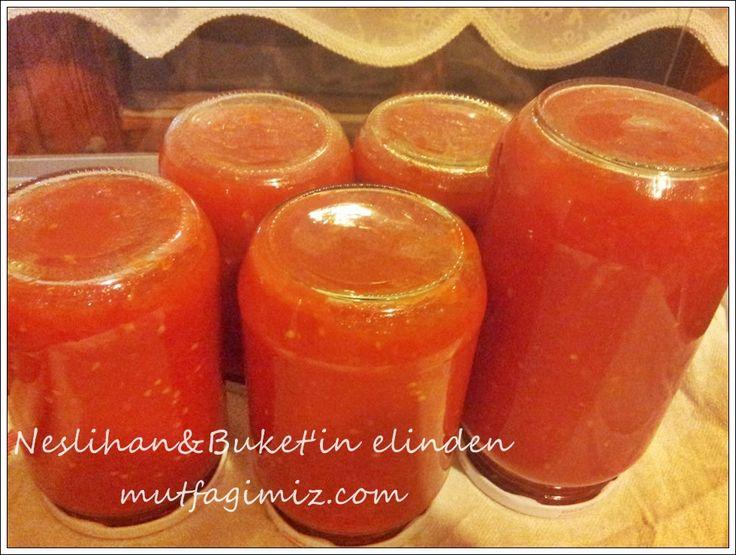 kışlık domates sosu MALZEMELER:(1 KG.LIK KAVANOZDA SOS İÇİN) 12 adet orta boy domates 20 diş sarımsak 3 çay kaşığı tuz 1 çay kaşığı karabiber 2 çay kaşığı pul biber 6 yemek kaşığı sıvı yağ(ayçiçek yağı) YAPILIŞI:Domateslerin kabuklarını soyup iri parçalara bölüp rondoya veya robota koyun.sarımsakların kabuklarını da ayıklayıp rondoya koyun.tane kalmayacak şekilde püre yapın.derin bir…