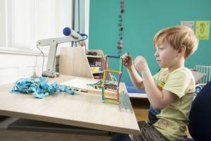 Schreibtische mit schräger Tischplatte sind besser für Kinder. Wieso erfahren Sie hier! Zudem lernen Sie alles über die Schrägstellung von Schreibtischen.