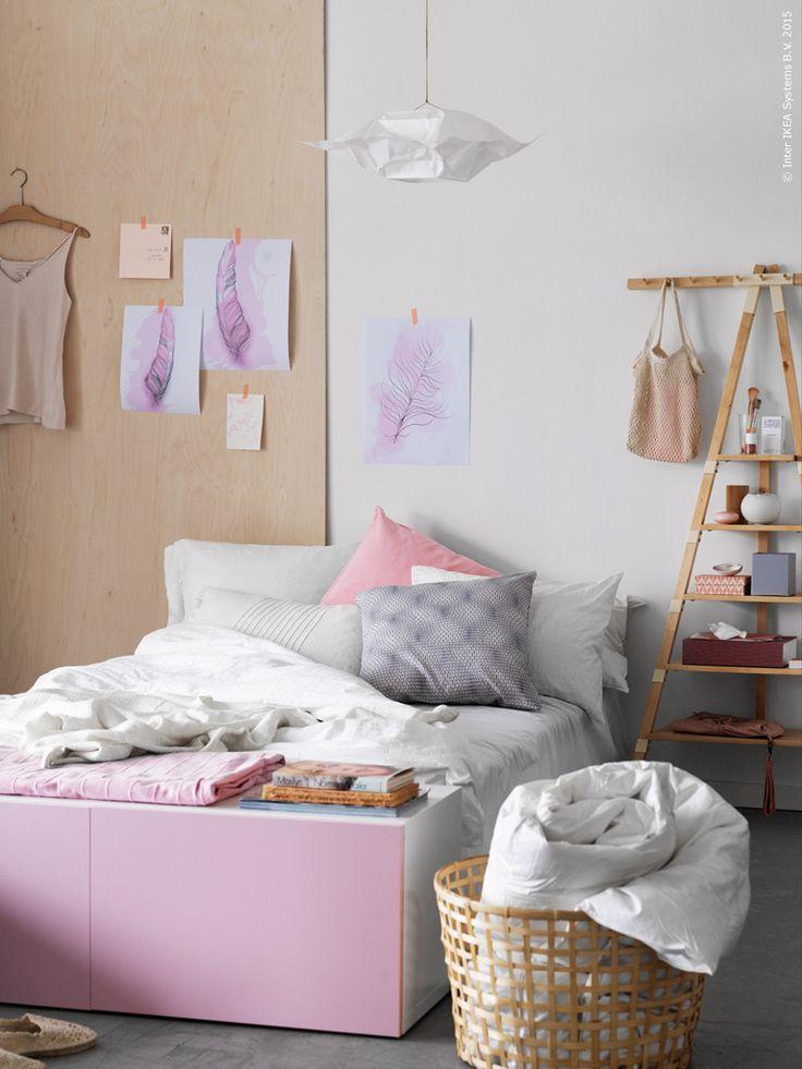 Här har vi placerat ett BESTÅ skåp som en möblerad förlängning av sängen och på så sätt fått extra förvaring, avlastningsyta och sittbänk i ett! BESTÅ hylla med dörrar, GADDIS korg, FABRINA överkast, IKEA PS 2014 vägghylla, OFELIA VASS påslakan, SANELA, VITFJÄRIL och NATTLJUS kuddfodral, VARMLUFT taklampskärm.