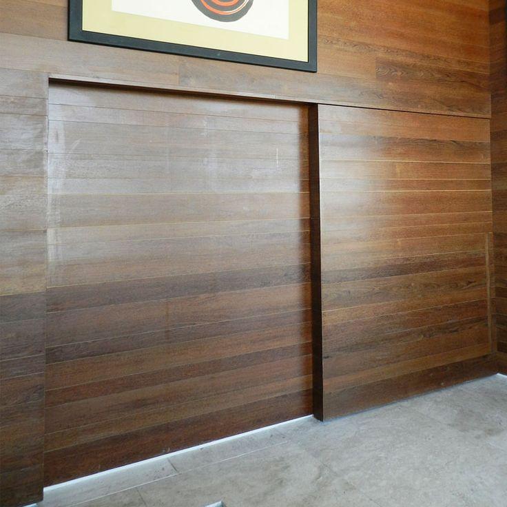Dettaglio porta scorrevole, rivestimento legno Sucupira.