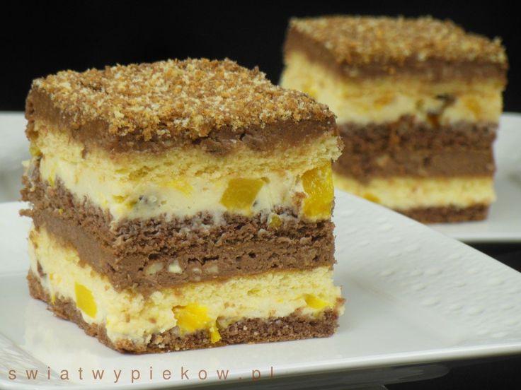 Znakomite ciasto tortowe z kremami najeżonymi różnościami. Są tu i orzechy, i czekolada, i rodzynki, i brzoskwinie. Całość daje bardzo ciekawy i smaczny efekt. Ciasto bardzo dobrze się kroi, jest miękkie i wilgotne. Inspiracja: Ciasta na Stół marzec-kwiecień 2/27/2003 Składniki Biszkopt jasny: 4 jajka 4 łyżki drobnego cukru 3,5 łyżki mąki krupczatki 0,5 łyżki mąki…