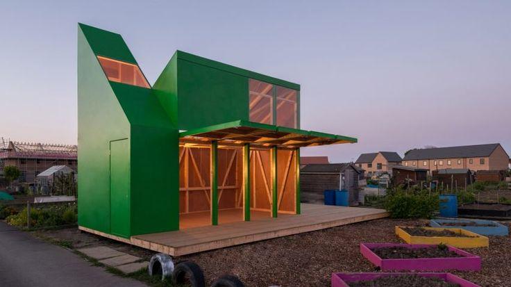 Cabane avec jeu sur les pentes de toit et portes basculantes en bois