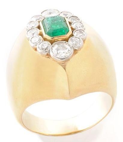 BAGUE en or jaune, le modèle «casque» ornée d'une émeraude de taille émeraude dans un entourage de douze diamants de taille brillant par Suzanne Belperron en 1961. Poids brut: 19,3 g. TDD: 62 Accompagnée de son certificat d' origine d'Olivier Baroin.