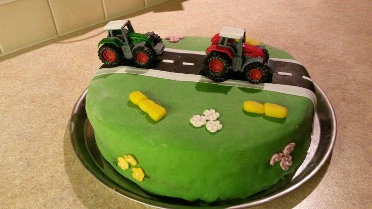 Taart tractor boerderij gevuld met aardbeien