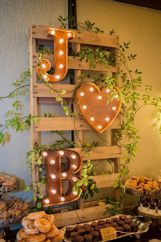 Letreiros iluminados compondo decoração rústica | Rustic Wedding + Iluminated letter signs