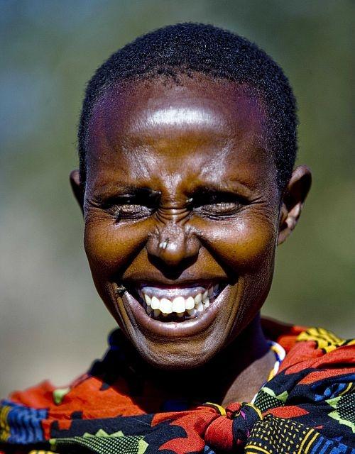 Il sorriso di Kodogo che non soffre più a causa del tracoma ed è tornata a vivere