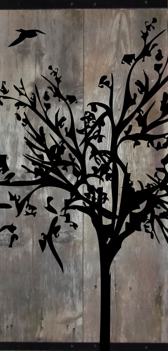 FATTO PER ORDINE * *   Pittura rustica di una sagoma di un albero. Dipinto su legno del granaio recuperato dal Midwest. Questo pezzo misura 41 x 21 x 1 . Parte superiore e inferiore hanno 1 angolo di ferro come bordi. Questo pezzo viene fornito con lhardware collegato alla parte posteriore ed è pronto da appendere.   * * Questa è la lista per un Made in ordine pezzo. Qualche lieve variazione nelle tinte e spessori è da aspettarselo. Il fatto di ordinare il pezzo sarà molto simile allesempio…