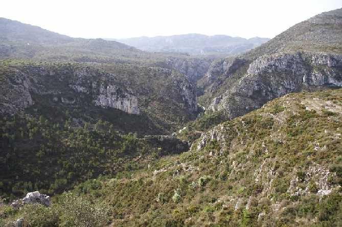 Barranc de l'Infern. El río ha ido formando en la roca una travesía de paredes verticales pulidas ideales para la práctica de la escalada y diversas actividades. En la entrada al barranco encontramos la Font del Xili.