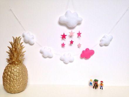 Décoration en feutrine pour la chambre de bébé :  - 1 guirlande faite de 5 nuages en feutrine : 4 blancs et 1 rose, montés sur un fil de coton blanc - un gros nuage en feutrine - 19280711