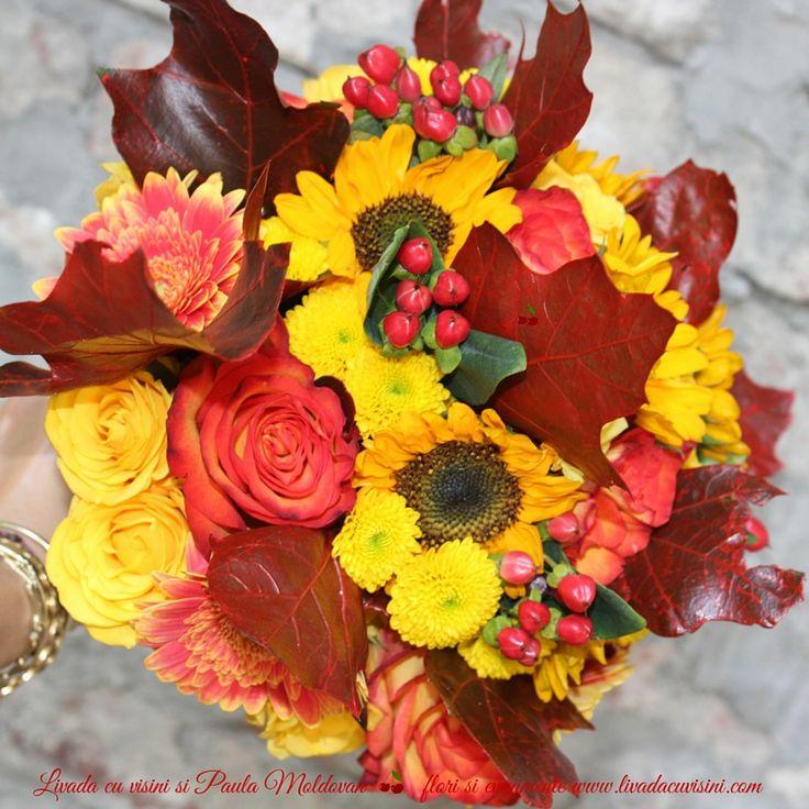 Happy autumnal bride bouquet #wedding #flowers #bride #bouquet #madewithjoy #paulamoldovan #livadacuvisini   #weddingflowers #flowers #yellow and #orange #roses  #hypericum #event #flori #buchet #cununie #nunta #mireasa #nasa #trandafiri #galben #toamna #floarea-soarelui #frunze
