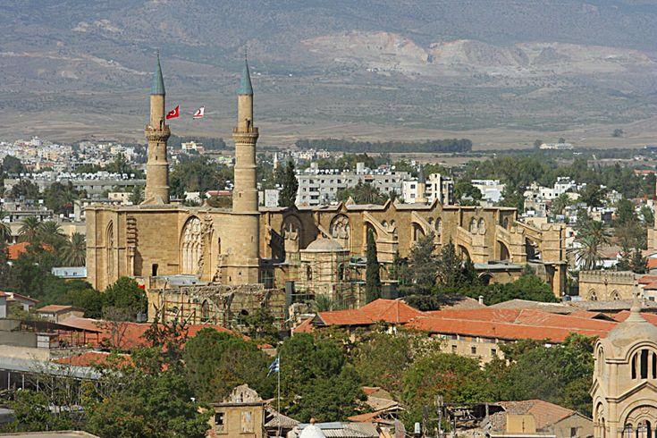 Nicosia | Ciprus fővárosa, a sziget középső részén, a Troodos-hegység lábánál található kétszázezer lakosú Nicosia, Larnacától kb. 40 km-re található. A Nicosia (görögül Lefkoszia), történelmi város, már a VII. század óta Ciprus központi városa. A város, a függetlenség kikiáltása óta görög-török ellentétek színhelye, különösen 1974-ben szenvedett sokat. A sziget görögök, illetve törökök lakta részeit elválasztó Zöld vonal áthalad a városon.
