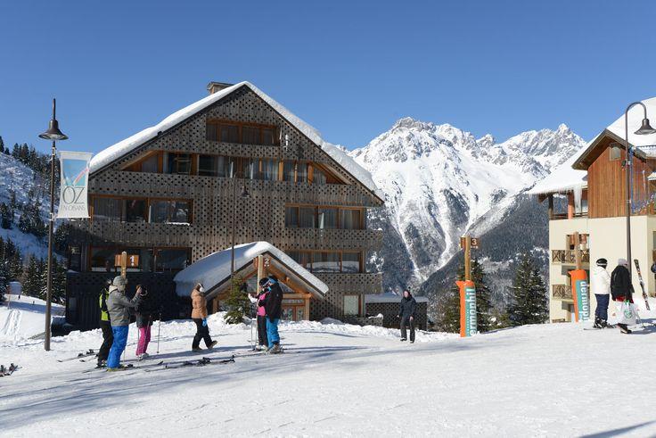 . Oz en Oisans . Le Massif de l'Oisans et le domaine des Grandes Rousses... C'est le royaume du bois et du blanc. Oz en Oisans s'y est fait une réputation de station piétonne authentique et pleine de charme. Après une journée de ski intense sur le domaine skiable de l'Alpe d'Huez, et une dernière descente sur la plus longue piste noire d'Europe (16 km), savourez la piscine chauffée, la balnéo, le sauna ou le hammam de notre Village Club au coeur de la station !