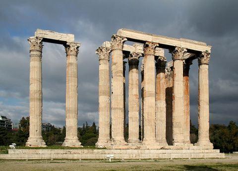 Muito famosas são as colunas gregas que enriquecem a beleza de sua arquitetura, eram construídas por ordens.