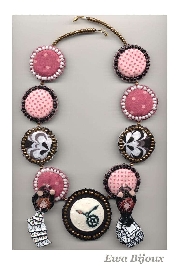 Collier avec pendentifs en pâte polymère, pièce en céramique et médaillons en tissu.