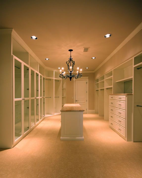 Dream closet..I would die if I had this! And a vanity to do my hair and make up all in here