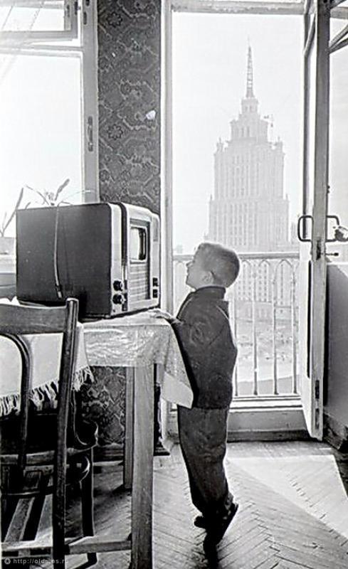 Фотография - Мальчик и телевизор - Фотографии старой Москвы