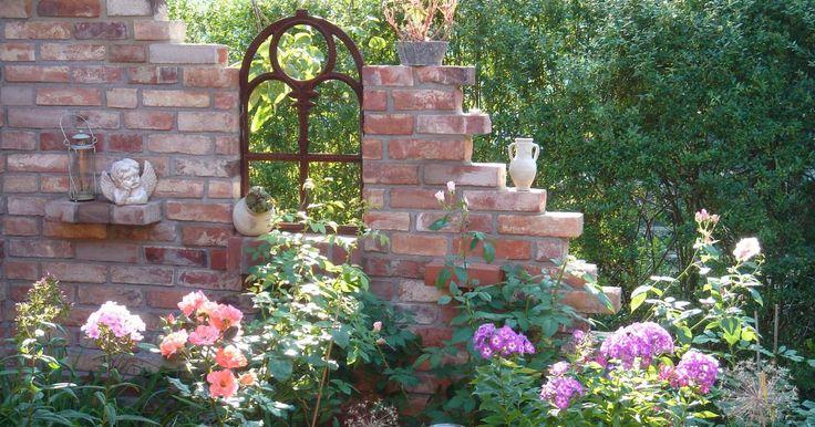 Die Ruine hält Einzug in den Garten. Zwischen Blütenstauden und Sträuchern erheben sich Mauern mit bröckelndem Putz oder verwitterten Steinen und Holztüren. Doch die kleinen Bauwerke sind nicht nur dekorativ, sie bieten am Sitzplatz zugleich Sichtschutz und Windschutz.