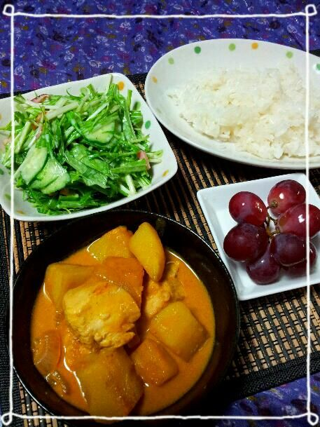 ココナッツがきいたマッサマンカレーはまろやかだと思いきや…辛いので中1クンは汗だくで食べてました。(-_-;) - 9件のもぐもぐ - 鶏肉とジャガイモのマッサマンカレー、ベーコンと水菜のサラダ by kazu213