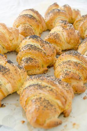 Rogaliki śniadaniowe – Sprawdzona Kuchnia – Share Tweet + 1 Mail Kawa, domowe dżemy i świeżutkie pachnące własnoręcznie przygotowane rogaliki przyznacie, że to idealne śniadanie! Przygotowanie ciasta uprościłam do minimum, wszystkie składniki na ciasto należy włożyć do miski robota i wyrobić gładkie i elastyczne ciasto, nie ma potrzeby przygotowywania rozczynu nawet, jeśli użyjecie świeżych drożdży. Skórka rogalików po upieczeniu jest chrupiąca, a wnętrze...