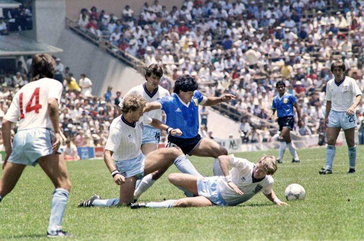 Diego Maradona elude a la defensa de Inglaterra en el partido de semifinales de México 86.