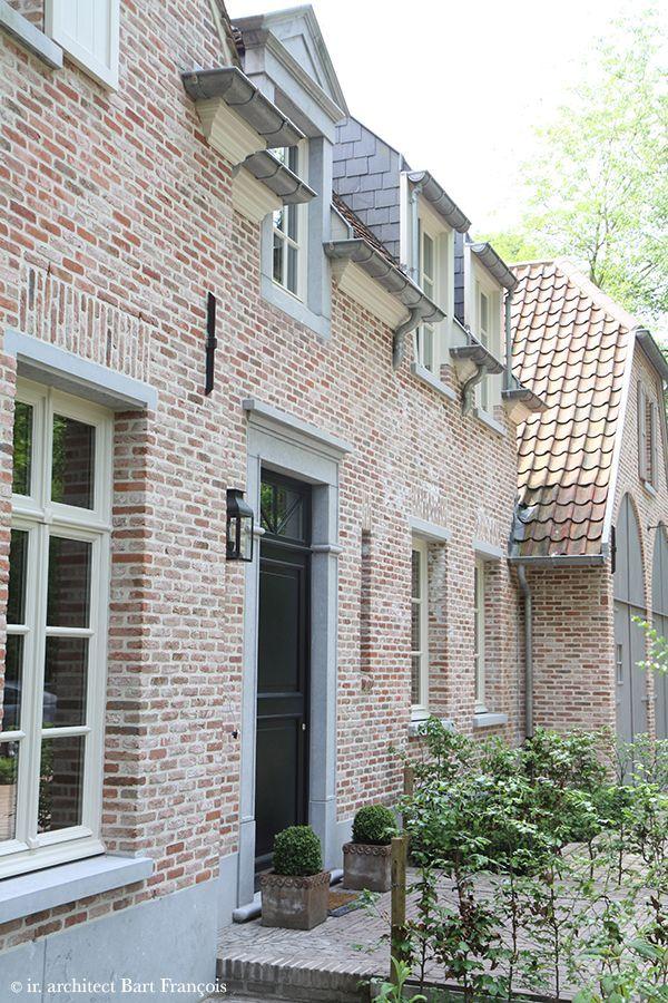 Hardstenen deuromlijsting en neuten aan de raamdorpel