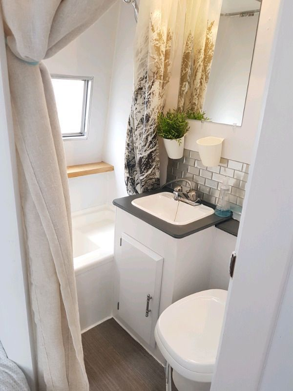 Pin von Billa auf Umgebaute wohnmobile | Badezimmer ...
